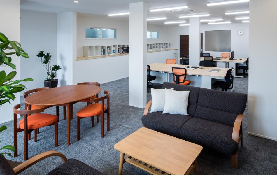 白を基調にした、開放感あふれるオフィス
